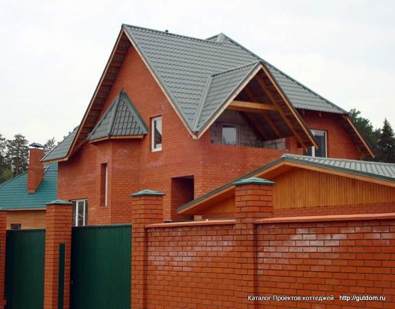 двухэтажный коттедж с забором
