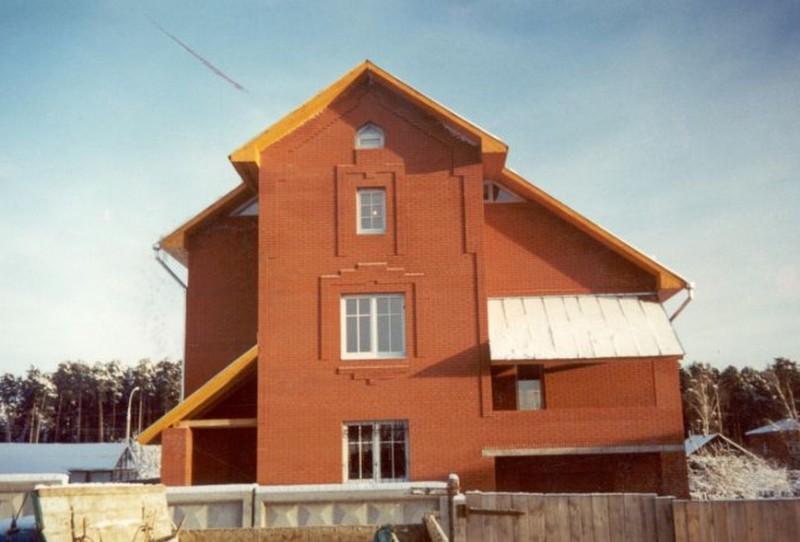 дом двухэтажный с забором