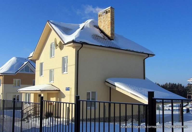 двухэтажный коттедж зимой