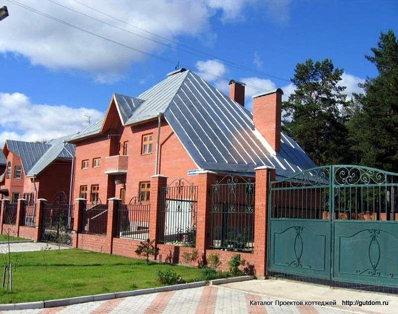 двухэтажный дом с воротами